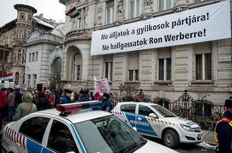 DK demonstration, Fidesz sign
