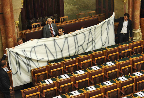 "DK's banner that reads ""Dictatorship"" / Photo Simon Móricz, Népszabadság"