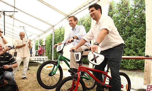 Gordon Bajnai and Attila Mesterházy received mountain bikes as a gift from Teddy Farkasházy