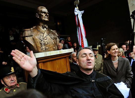 Lóránt Hegedüs in front of the controversial statue of Admiral Miklós Horthy / Népszabadság, Photo Árpád Kurucz