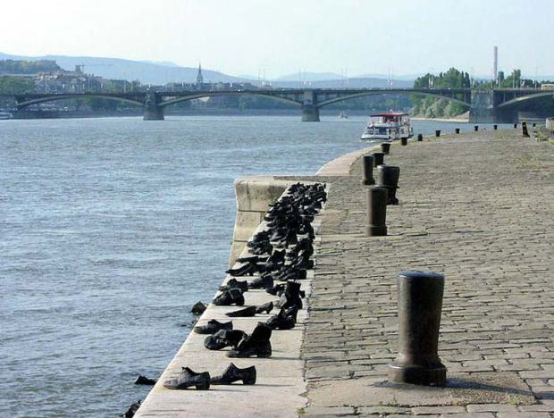 Memorial for those who were killed on the banks of the Danube and their bodies thrown into the river Source; budapest-foto.hu
