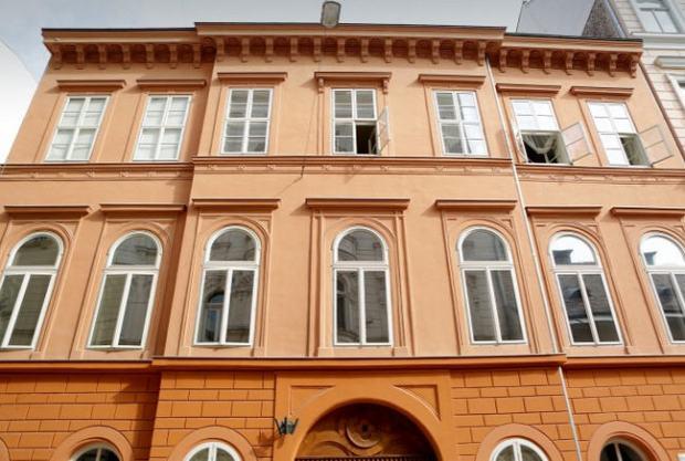 Szerb utca 9 where Péter Szentgyörgyvölgyi currently mayor of District V purchased ab apartment for 19 million forints